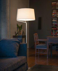 Lámpara de pie blanca BERNI ambiente