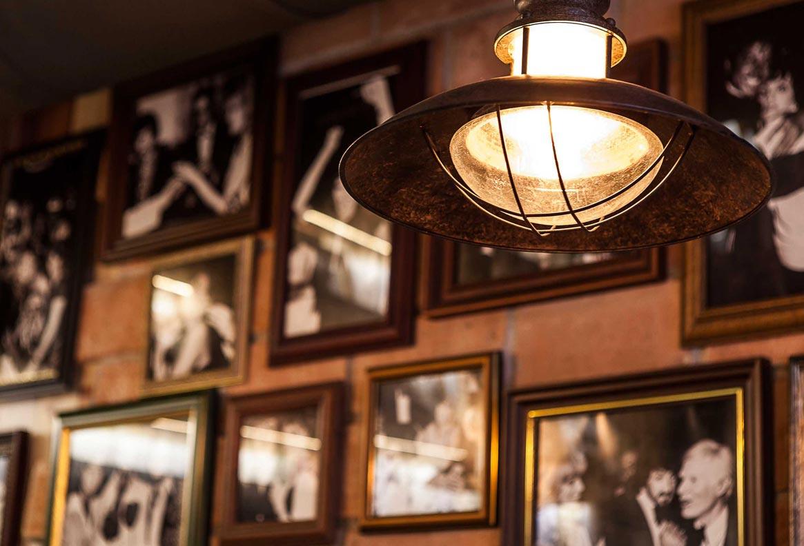 Lámpara colgante con peso WINCH marrón ambiente