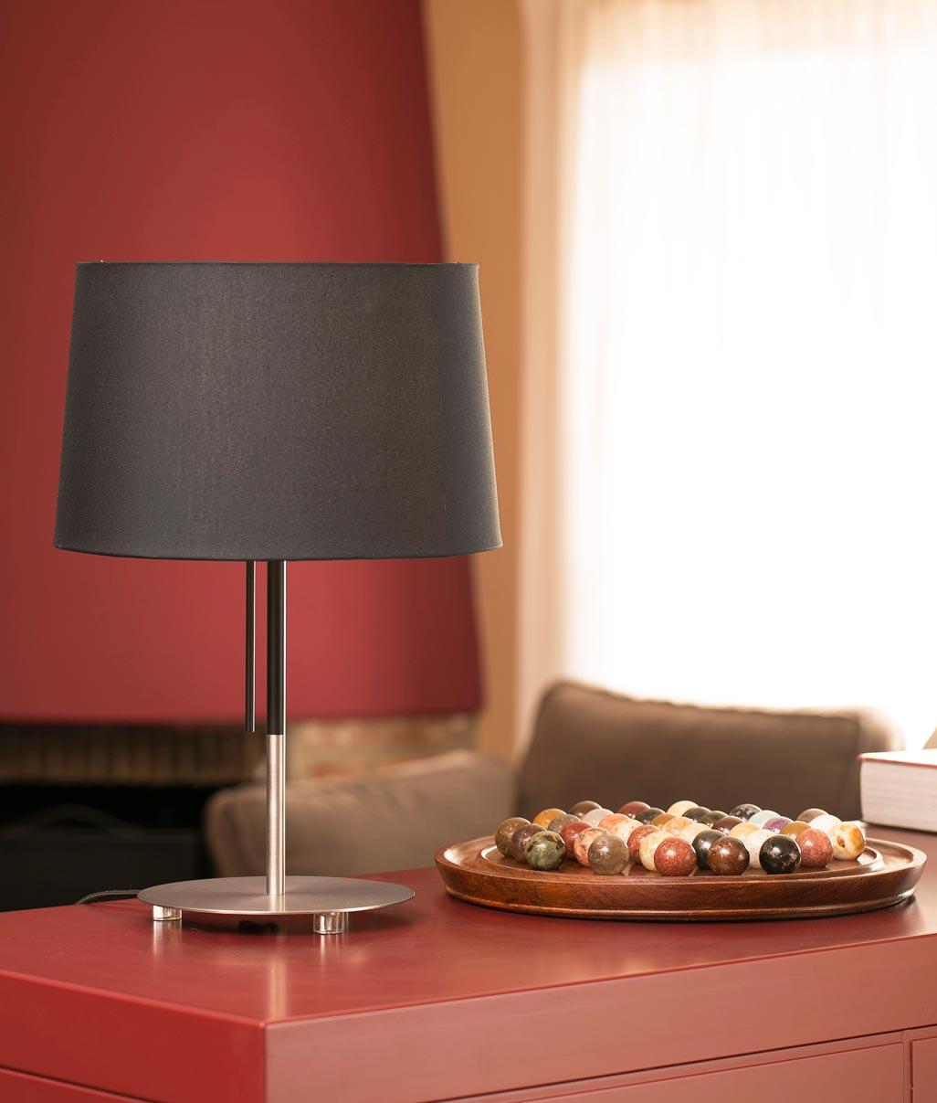 Lámpara de mesa negra VOLTA ambiente