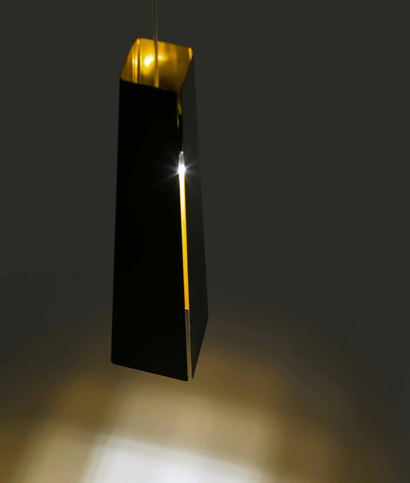 Lámpara de techo LED negra y oro PLUMA detalle