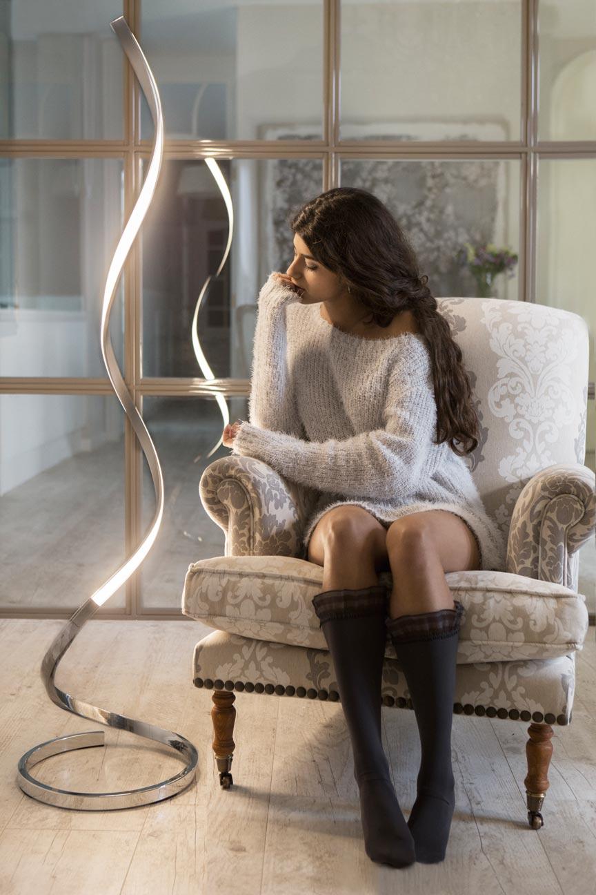 Lámpara de pie regulable NUR plata cromo ambiente
