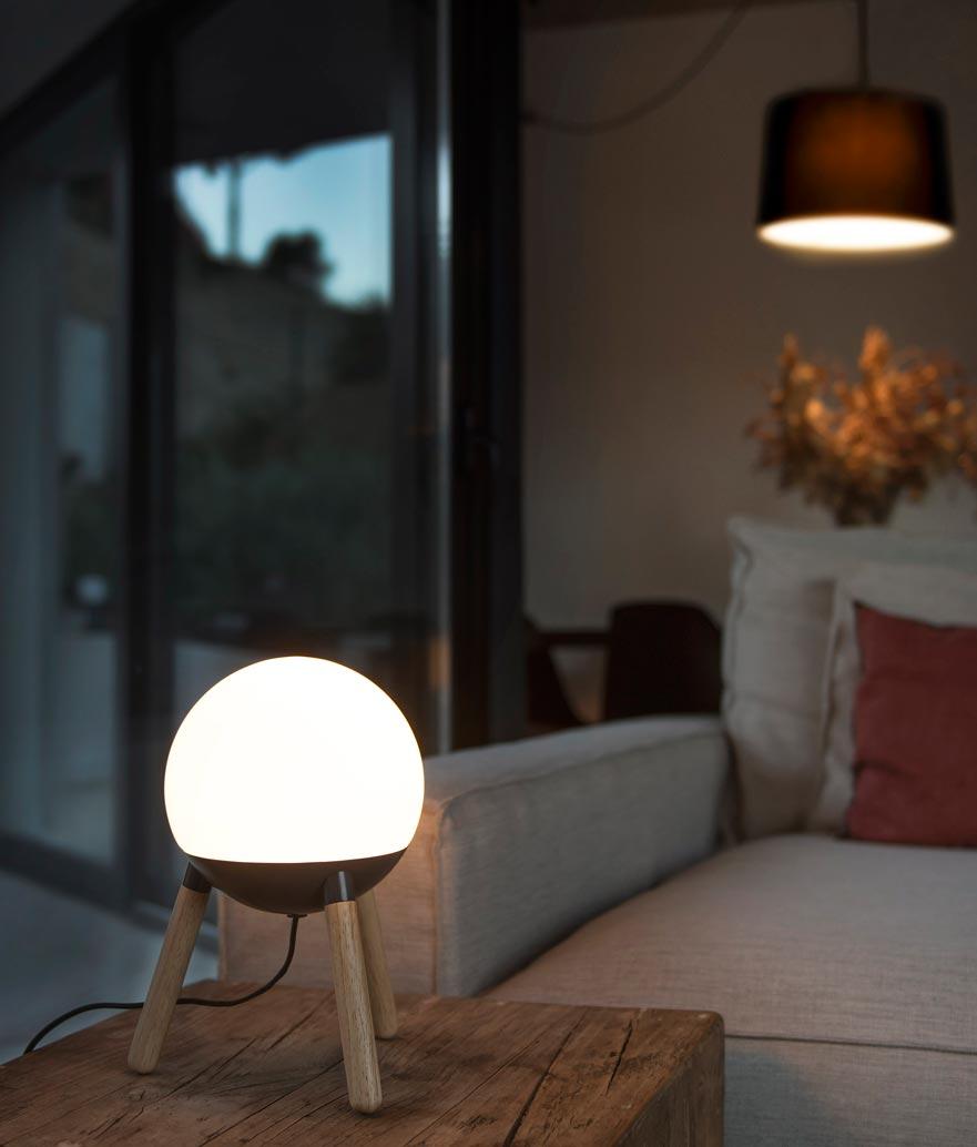 Lámpara de mesa original gris y madera MINE ambiente 2
