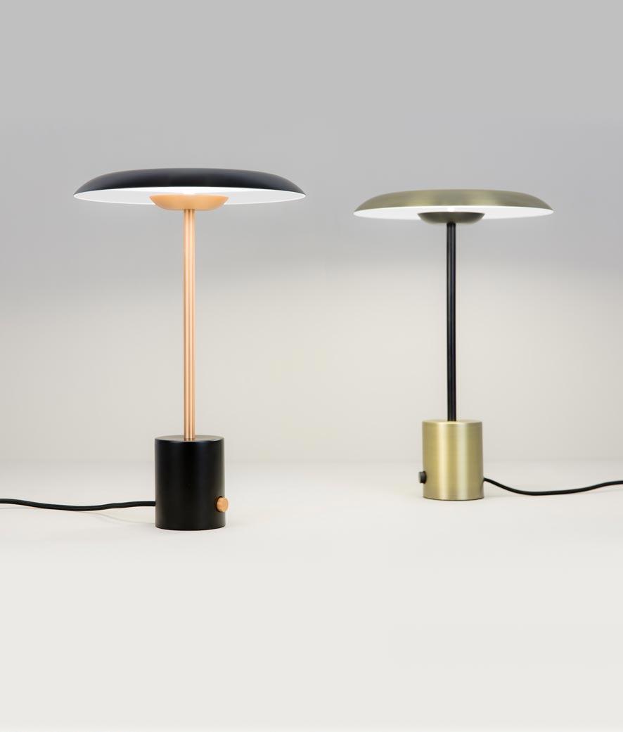 Lámpara de mesa oro satinado y negra HOSHI LED modelos