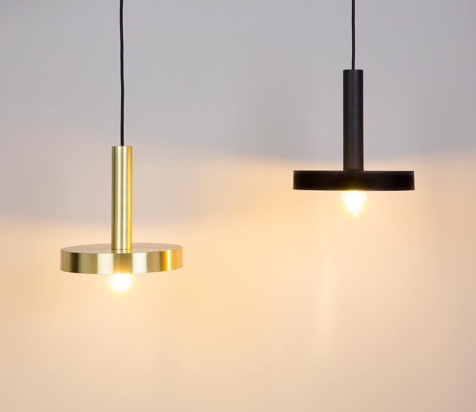 Lámpara de techo oro satinado y negra WHIZZ ambiente