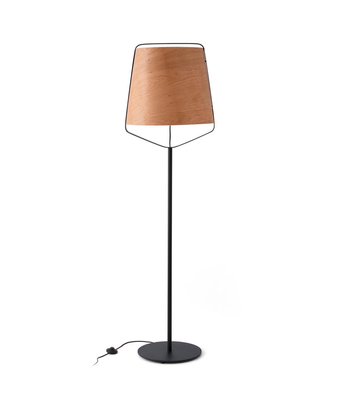 Lámpara pie de salón madera y negro STOOD detalle