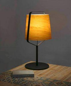 Lámpara sobremesa madera y negro STOOD ambiente