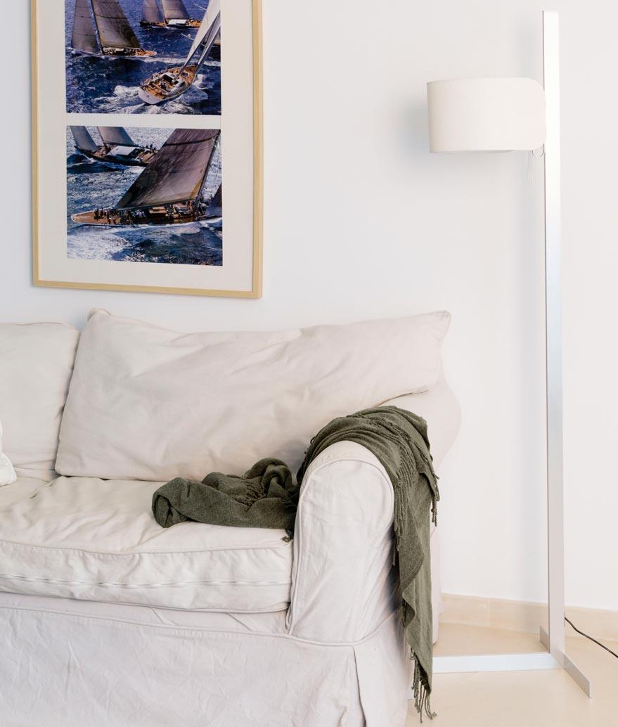 Pie de salón color aluminio y blanco STAND UP ambiente 2