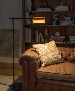 Lámpara de pie negra y madera LOOP LED ambiente 3
