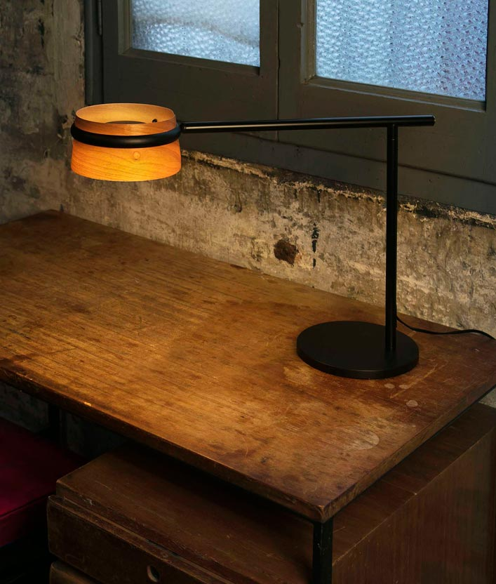 L mpara mesa negra y madera loop led la casa de la l mpara for Lamparas de mesa de madera