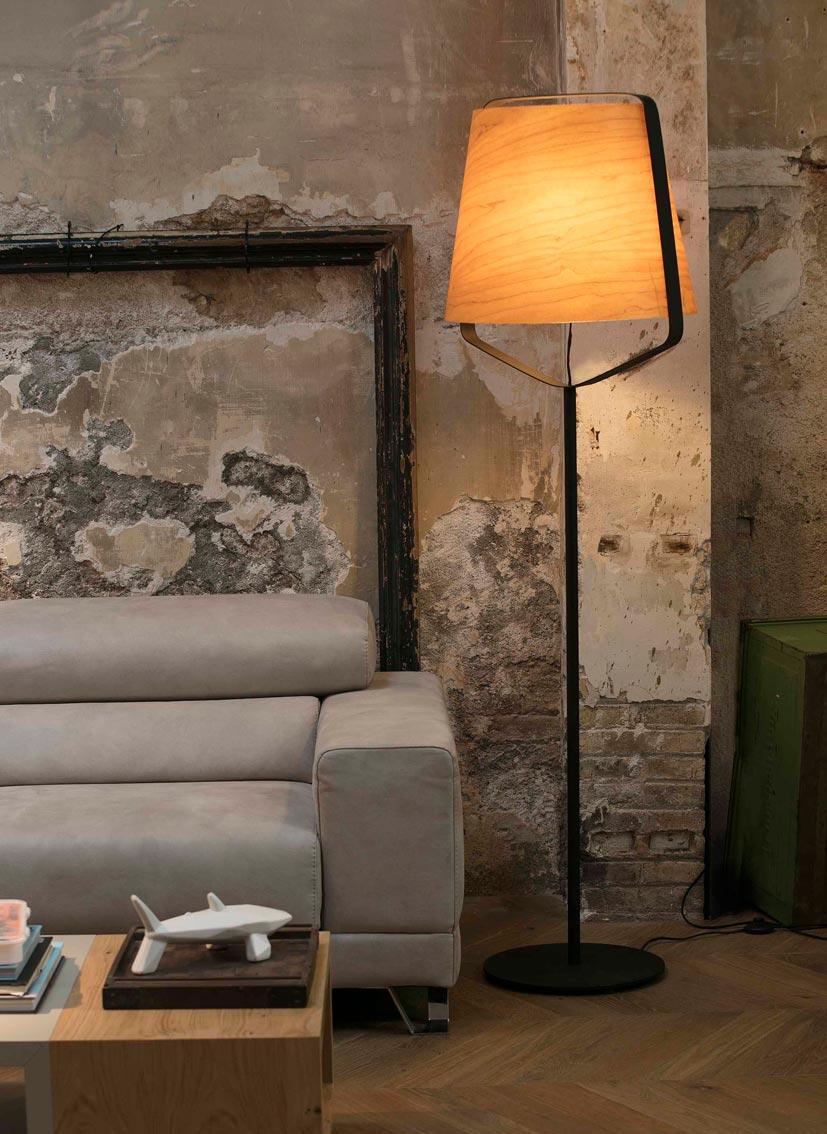 Lámpara pie de salón madera y negro STOOD nuevo ambiente