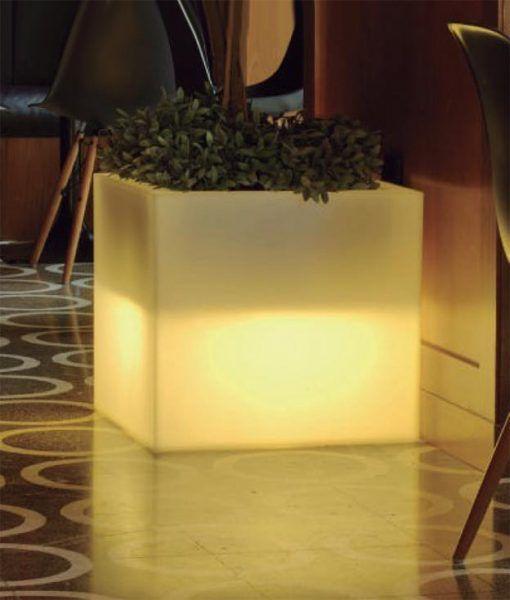 Macetero cuadrado con luz 45 cm altura NARCISO ambiente