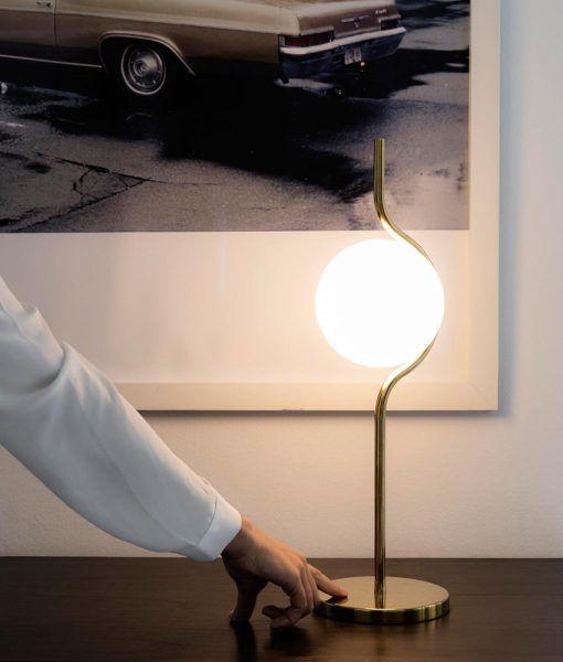 Lámpara de mesa acabado oro LE VITA ambiente